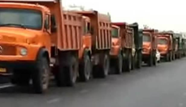 اعتصاب-و-تجمع-رانندگان-کمپرسی-در-مقابل-فرمانداری-ساوه-در-اعتراض-به-نداشتن-گازوئیل-و-لاستیک.jpg